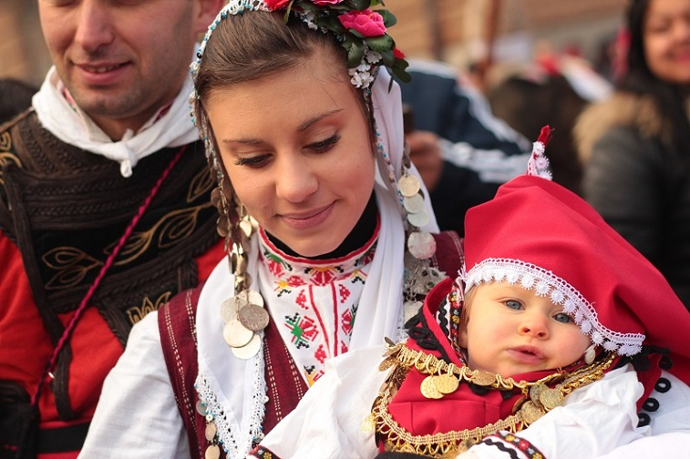девушка в национальном болгарском костюме