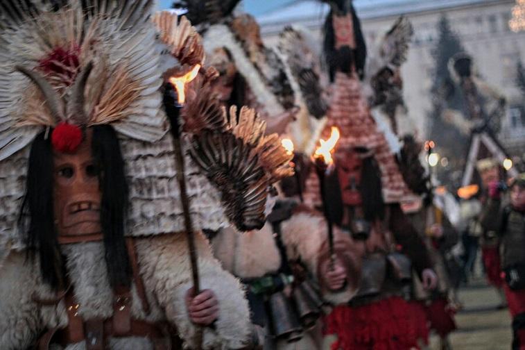 кукеры в факельном шествии